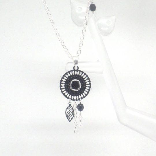 collier noir argenté estampes rosace feuille goutte perles