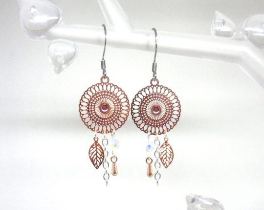 Boucles d'oreilles or rose gold estampes rosaces feuilles gouttes blanc opale irisé création bijou Odacassie