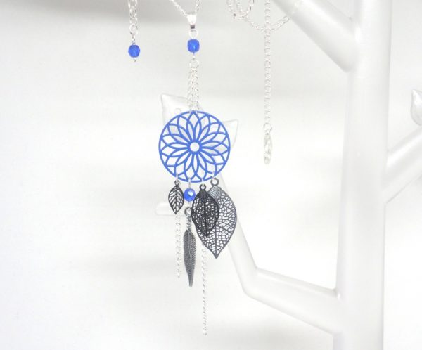 Sautoir bleu vif bleu roi bleu électrique noir argenté esprit attrape-rêves dreamcatcher fines estampes rosace feuilles plume perles création Odacassie