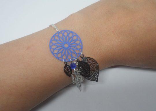 Bracelet bleu vif bleu roi bleu électrique noir argenté esprit attrape-rêves dreamcatcher fines estampes rosace feuilles plume perles création Odacassie