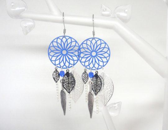 Boucles d'oreilles bleues bleu électrique bleu vif bleu roi noir argenté attrape-rêves dreamcatcher fines estampes feuilles rosaces plumes Odacassie