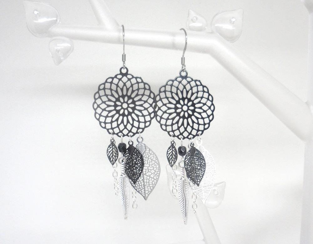 Boucles d'oreilles attrape-rêves noires et argentées dreamcatcher tendance fines estampes feuilles plumes perles