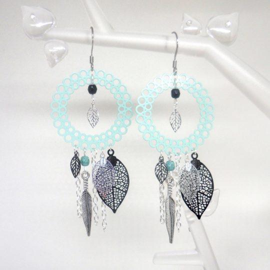 boucles d'oreilles dreamcatcher vert d'eau argenté noir fines estampes feuilles plume perles en verre de Bohême création Odacassie