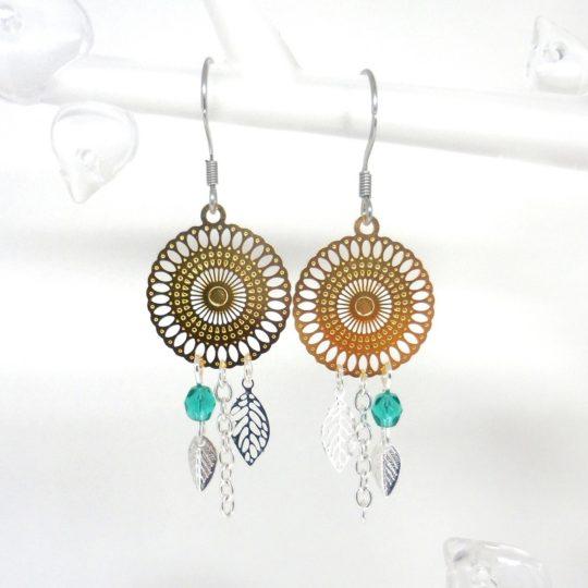 boucles d'oreilles dorées vert émeraude argenté rosace feuilles perles en verre de Bohême estampes création Odacassie