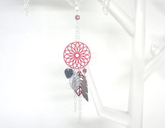 sautoir attrape-rêves rose framboise bordeaux argenté gris anthracite estampes rosace feuilles plume acier inoxydable création Odacassie