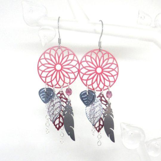 Boucles d'oreilles attrape-rêves rose framboise bordeaux argenté anthracite estampes plumes feuilles perles en verre de Bohême création Odacassie