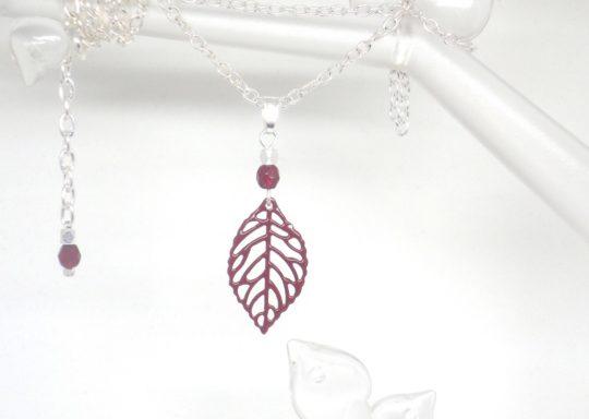 collier bordeaux et argenté minimaliste pendentif feuille et perles création édition limitée Odacassie