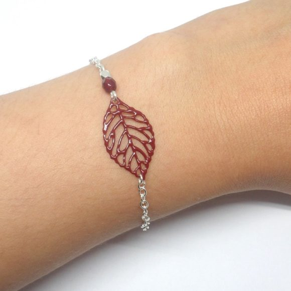 bracelet bordeaux et argenté minimaliste pendentif feuille et perles création édition limitée Odacassie