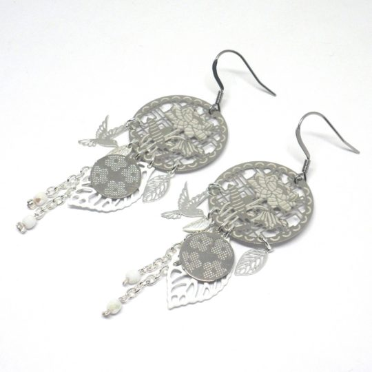 Boucles d'oreilles fleurs oiseaux feuilles estampes perles en verre de Bohême blanc argenté création faite main par Odacassie bijoux et accessoires