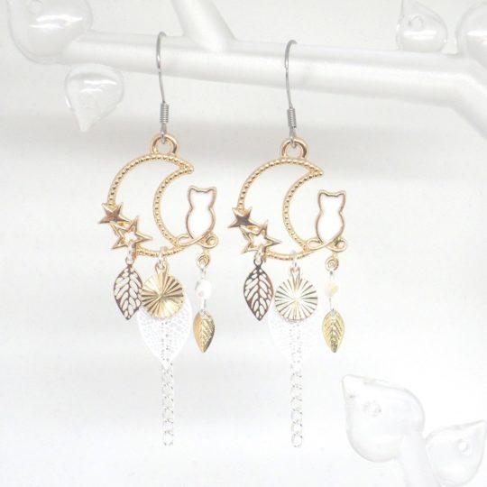 Boucles d'oreilles chats blancs et dorés, étoiles, lune, feuilles, sequins dorés et perles en verre de Bohême création Odacassie bijoux et accessoires faits main