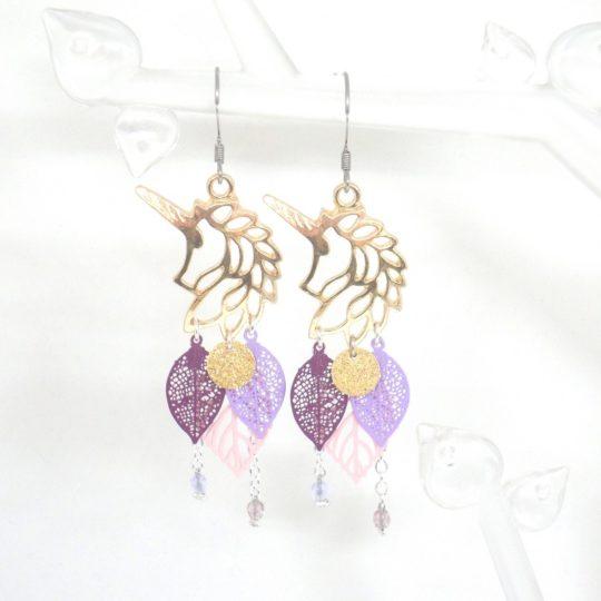 Boucles d'oreilles licornes doré rose mauve violet prune lilas estampes feuilles sequins dorés pailletés girly élégantes bijou en édition limitée par Odacassie bijoux et accessoires faits main