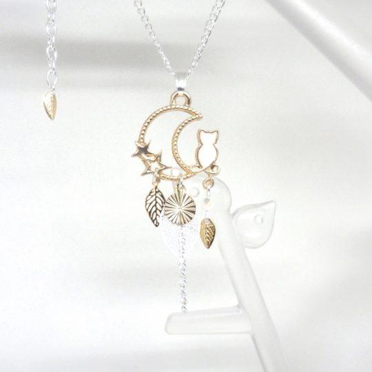 Collier chat blanc et doré, étoiles, lune, feuilles, sequin doré et perle en verre de Bohême création Odacassie bijoux et accessoires faits main