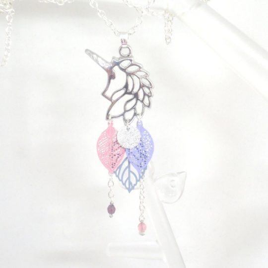 Sautoir licorne argenté rose bleu lavande gris bleuté mauve etampes feuilles sequin pailletté girly chic long collier par Odacassie les créations de Cassandre bijoux et accessoires faits main bijoux poéiques bohèmes romantiques