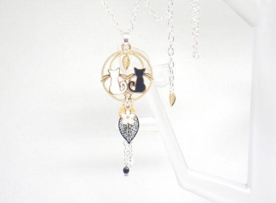 Sautoir couple de chats blanc noir doré feuilles fleur perles en verre de Bohême long collier bijou fait main en édition limitée par Odacassie les Créations de Cassandre bijoux poétiques bohèmes romantiques
