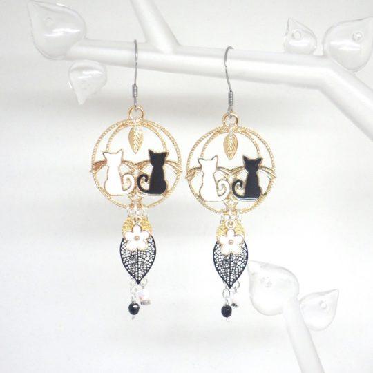 Boucles d'oreilles couple de chats blanc noir doré feuilles fleur perles en verre de Bohême bijou fait main en édition limitée par Odacassie les Créations de Cassandre bijoux poétiques bohèmes romantiques