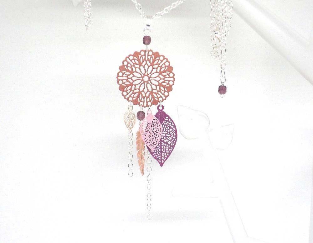 Sautoir cuivré violet rose argenté tendance attrape-rêves dreamcatcher feuilles rosace fleurie plume perles long collier par Odacassie les créations de Cassandre bijoux et accessoires faits main bijoux poétiques bohèmes romantiques