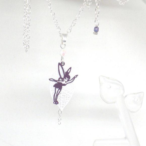 Collier fée estampes feuille perles blanc violet ou rose bijou minimaliste épuré par Odacassie les créations de Cassandre bijoux et accessoires faits main bijoux poétiques bohèmes romantiques