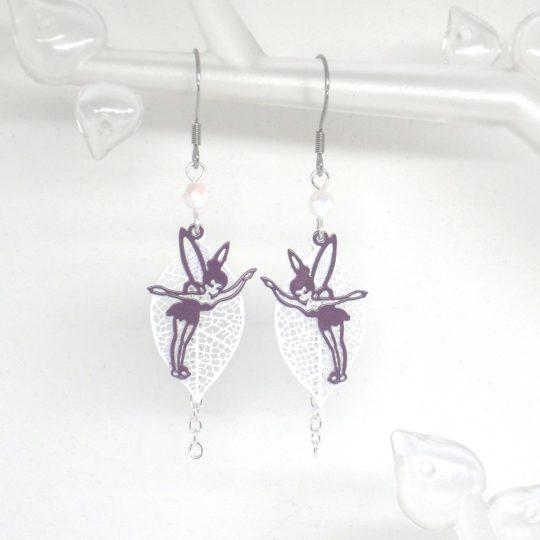 Boucles d'oreilles fées argenté blanc violet ou rose coloris au choix feuille perles fines estampes par Odacassie les créations de Cassandre bijoux et accessoires faits main bijoux poétiques bohèmes romantiques