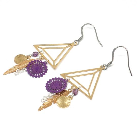 Boucles d'oreilles triangles violet doré argenté graphiques plumes perles pièce unique par Odacassie les créations de Cassandre bijoux et accessoires faits main bijoux poétiques bohèmes romantiques idée cadeau femme