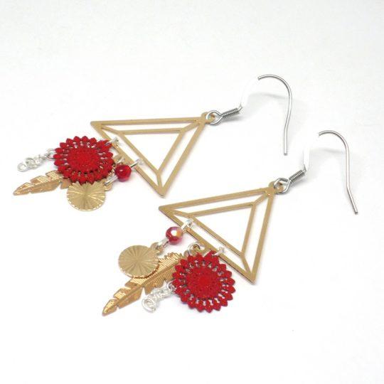Boucles d'oreilles graphiques rouge doré argenté triangles plumes perles pièce unique par Odacassie les créations de Cassandre bijoux et accessoires faits main bijoux poétiques bohèmes romantiques