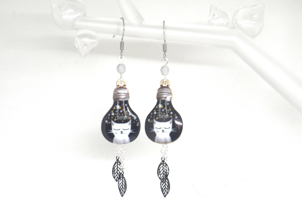 Boucles d'oreilles ampoules électriques avec chats blancs et gris feuilles et perles doré noir par Odacassie les créations de Cassandre bijoux et accessoires faits main bijoux poétiques bijoux bohèmes bijoux romantiques idée cadeau femme