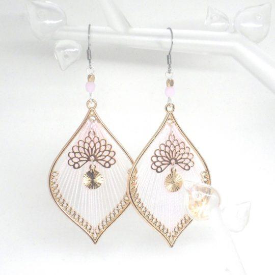 Boucles d'oreilles fil rose sur métal doré eventails sequins dorés perles crochets acier inoxydable acier chirurgical par Odacassie les créations de Cassandre bijoux et accessoires faits main bijoux poétiques bijoux bohèmes bijoux romantiques