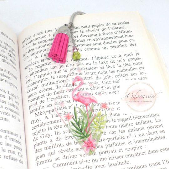 Marque-page flamant rose et feuillage peints sur plexiglass transaparent rose vert marque-page métal pompon suédine perles en verre de Bohême plexiglass par Odacassie petit cadeau idéal fan de lecture livres