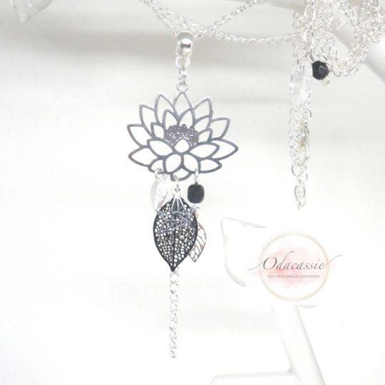 Sautoir lotus argenté et noir avec fines estampes fleur de lotus feuilles et oiseau origami perles en verre de Bohême long collier fait main par Odacassie les créations de Cassandre bijoux et accessoires faits main bijoux poétiques bijoux bohèmes bijoux romantiques idée cadeau femme