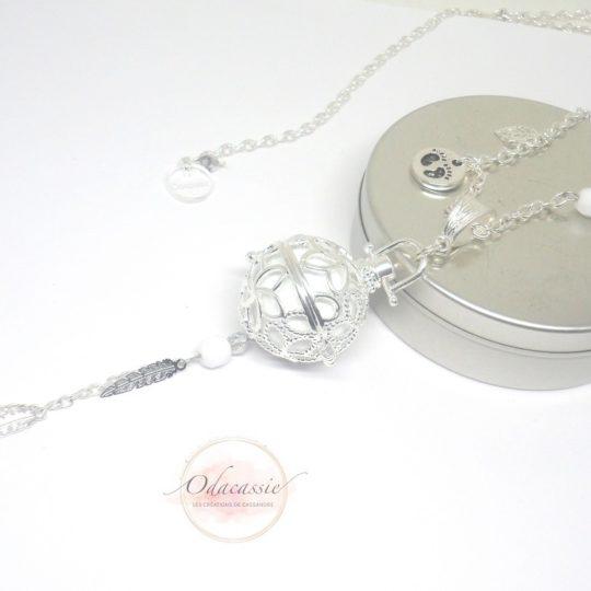 Bola de grossesse blanc argenté cage fleurs de tiaré par Odacassie