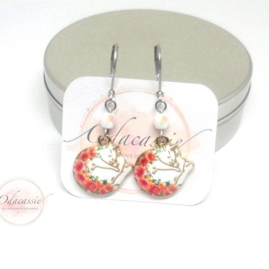 Boucles d'oreilles chats lovés dorés et blancs fleurs orange rouge vert perles en verre de Bohême collection enfants