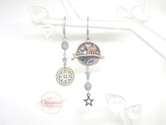 Boucles d'oreilles asymétriques chat étoiles estampe doré argenté gris nacré perles acier inoxydable par Odacassie