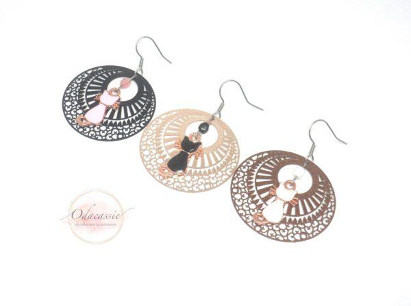 Boucles d'oreilles chats au choix avec fines estampes rosaces perles et pendentifs chats par Odacassie pièces uniques