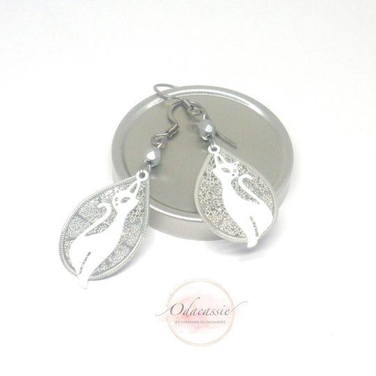 Boucles d'oreilles gouttes argentées et chats blancs perles en verre de Bohême pièce unique par Odacassie