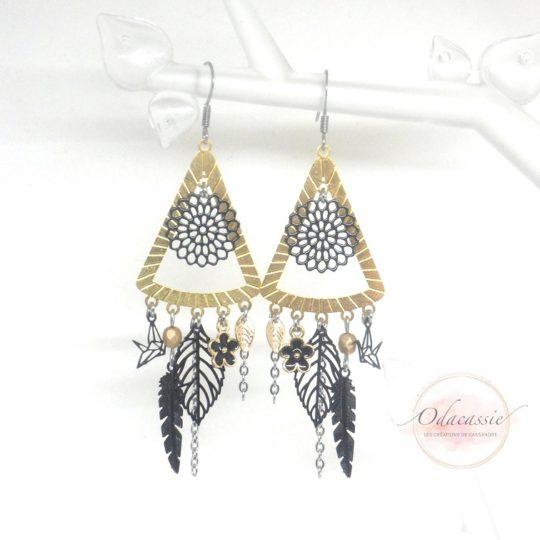 Boucles d'oreilles triangles dorées et noires esprit attrape-rêves par Odacassie