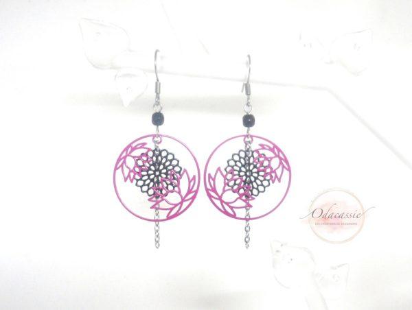 Boucles d'oreilles fleurs de lotus rose fuschia rosaces noires perles par Odacassie