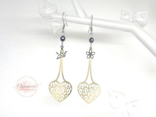 Boucles d'oreilles cœurs suspendus doré noir fines estampes oiseau origami fleur perles acier inoxydable par Odacassie