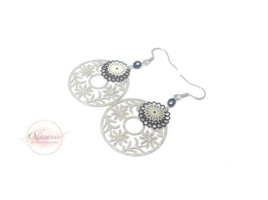 Boucles d'oreilles fleurs pailletées argentées et noires par Odacassie les créations de Cassandre