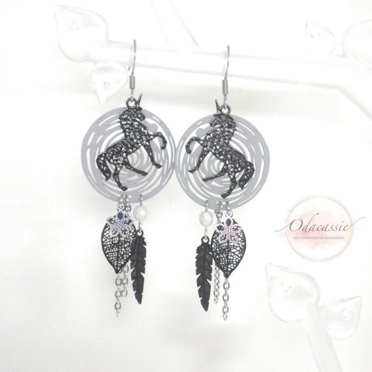 Boucles d'oreilles spirales dreamcatcher avec ou sans licornes au choix noir gris plumes feuilles perles par Odacassie