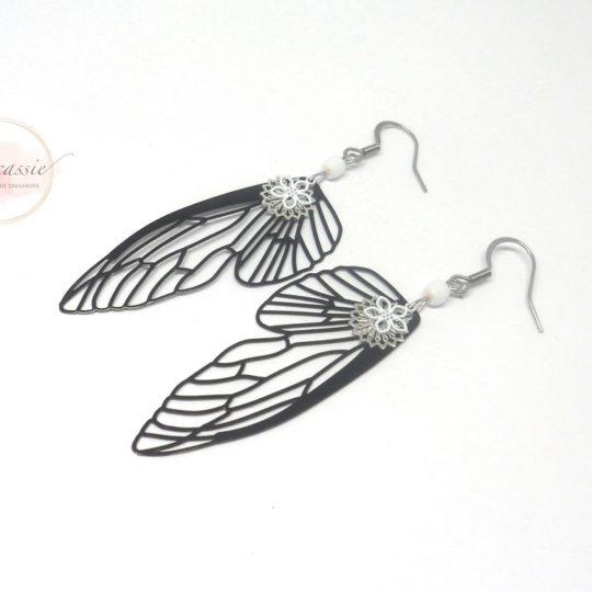 Boucles d'oreilles ailes de fée noir et blanc fines estampes perles par Odacassie