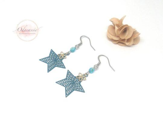 Boucles d'oreilles bleu sarcelle estampes étoiles et fleurs perles pièce unique par Odacassie les créations de Cassandre bijoux et accessoires faits main