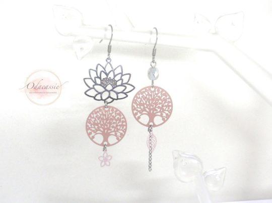 Boucles d'oreilles asymétriques arbres de vie et fleur de lotus argenté et rose pâle par Odacassie