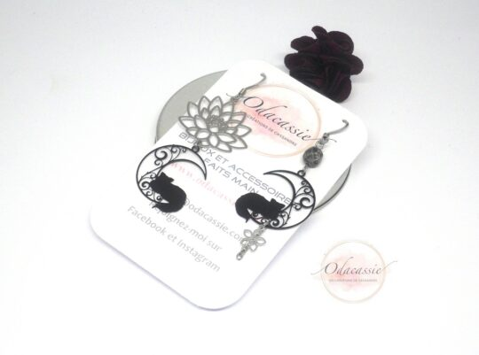 Boucles lotus et chats argenté noir acier inoxydable boucles d'oreille asymétriques par Odacassie