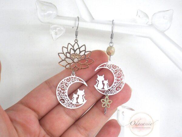 Boucles d'oreilles asymétriques blanc doré chats sur la lune fleur de lotus perle acier inoxydable par Odacassie les créations de Cassandre