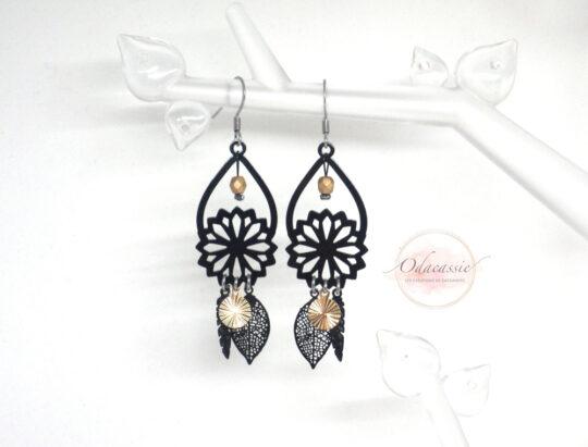 Boucles d'oreilles gouttes et fleurs plumes feuilles sequins noir doré par Odacassie