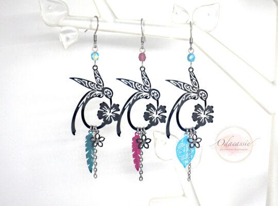 Boucles d'oreilles colibris au choix avec fleur d'hibiscus bleu vert rose fuchsia ou bleu turquoise par Odacassie les créations de Cassandre