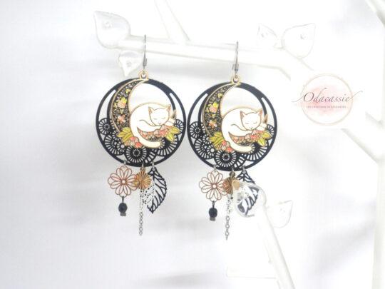 Boucles d'oreilles chats blancs sur lunes fleuries noir blanc doré multicolore fines estampes perles par Odacassie les créations de Cassandre